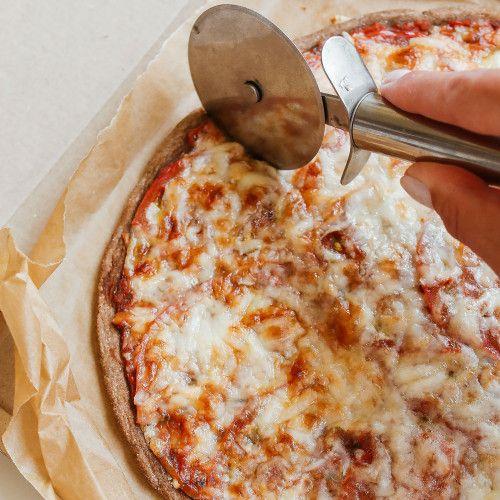 Пицца Маргарита из муки зеленых бананов с козьим сыром